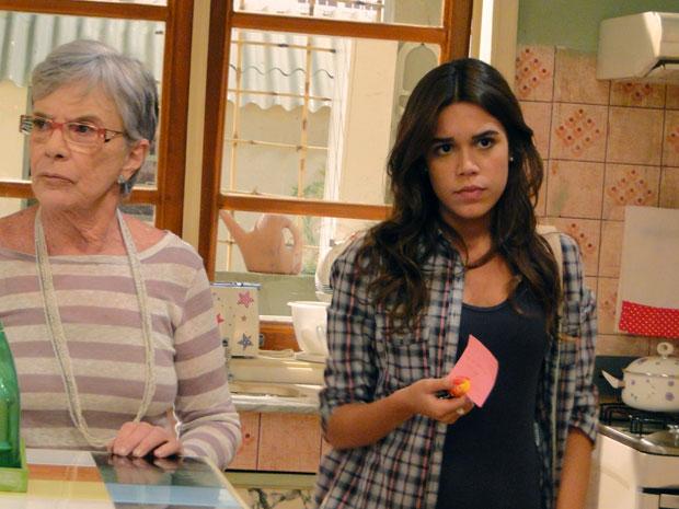 Natália mostra o bilhete para Alexia (Foto: Malhação / TV Globo)