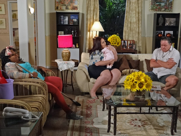 Taluda, Olavo e Marieta estão desesperado de fome (Foto: Aquele Beijo/TV Globo)