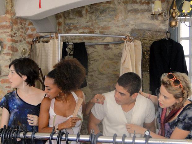 Todos ficam admirados com a proposta e deixam o casal a sós (Foto: Malhação / TV Globo)