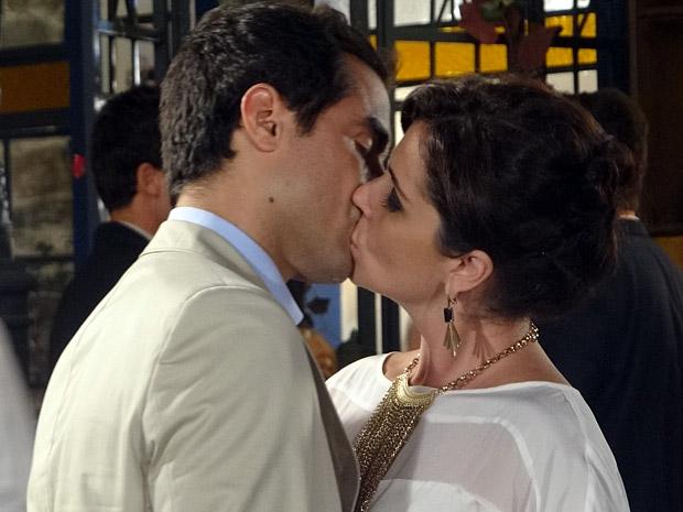 Claudia e Vicente comemoram o noivado (Foto: Aquele Beijo/TV Globo)