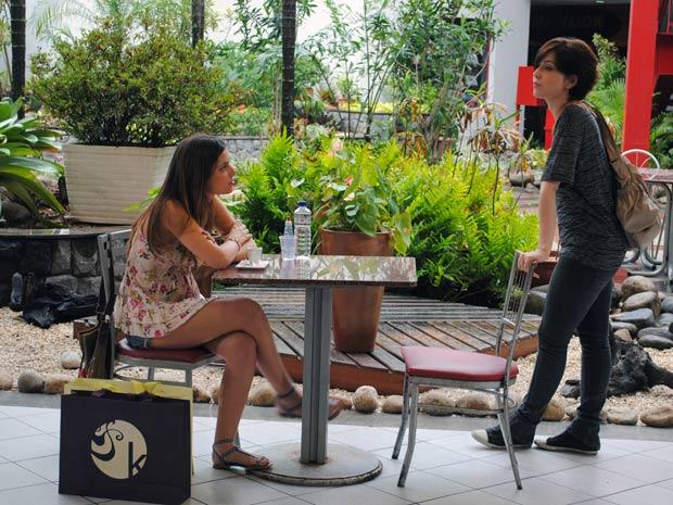 Alexia fala para Cristal que ela e Gabriel não estão mais namorando. Cristal não acredita (Foto: Malhação / TV Globo)