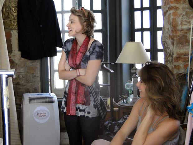 Babi fica na expectativa para ver o amigo com o novo look (Foto: Malhação / TV Globo)