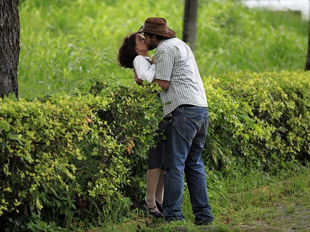 Josué dá um beijão em Valéria (Foto: Amor Eterno Amor/TV Globo)