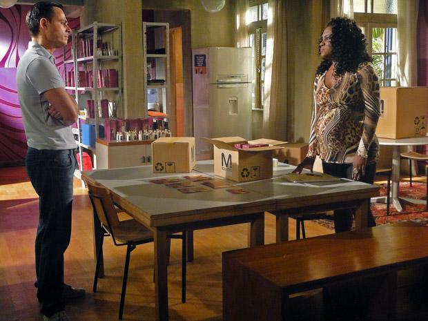 Ricardo vai falar com Bernadete no escritório (Foto: Aquele Beijo/TV Globo)