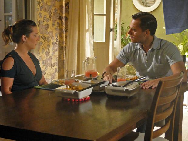 Ricardo e Camila conversam (Foto: Aquele Beijo/TV Globo)