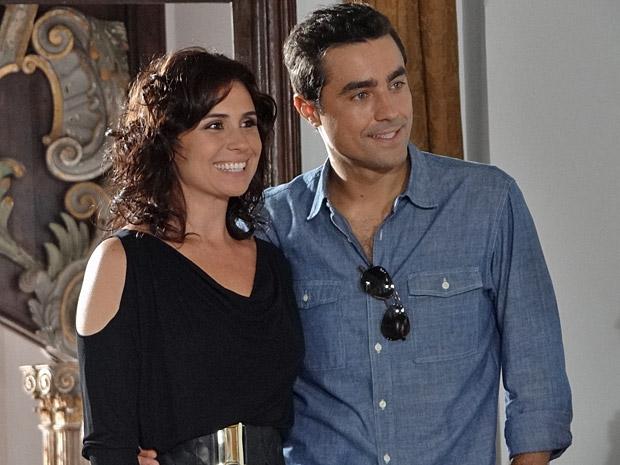 Claudia e Vicente resolvem os preparativos do casamento (Foto: Aquele Beijo/TV Globo)