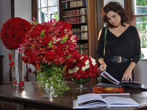 Claudia vendo as opções para o casamento (Foto: Aquele Beijo/TV Globo)
