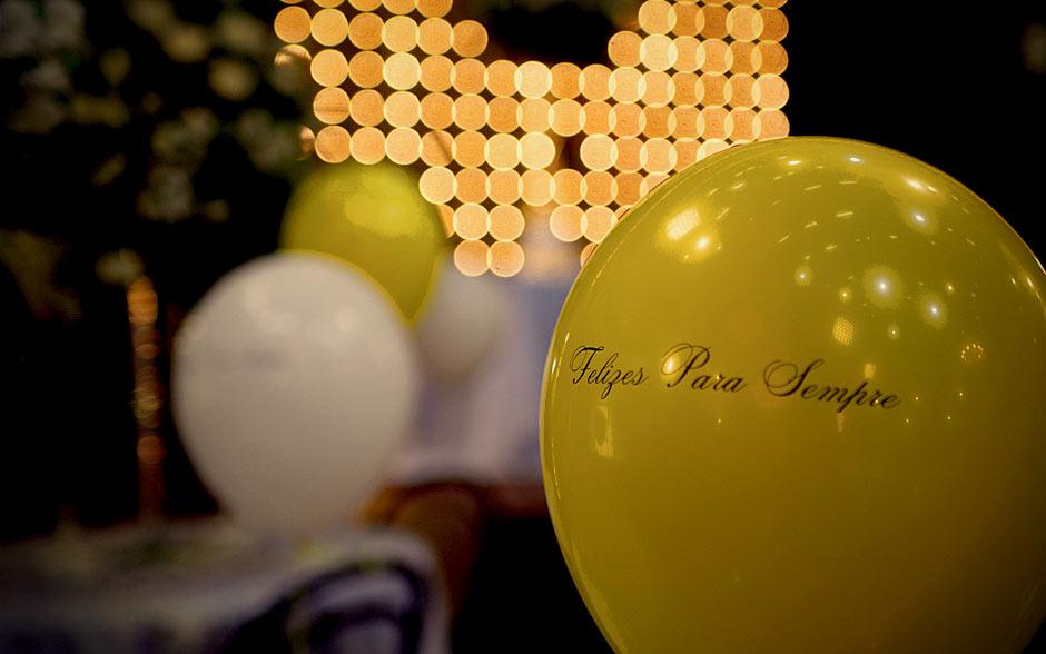 Balões de gás com mensagens de amor também completam a decoração