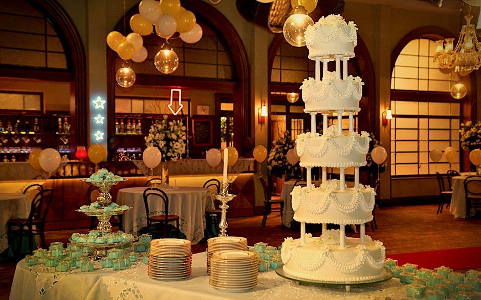 Carminha fez questão de um bolo de três andares para arrematar o visual da festa