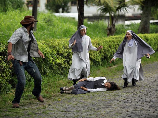 Freiras socorrem Valéria e Josué aproveita o momento para fugir (Foto: Amor Eterno Amor/TV Globo)