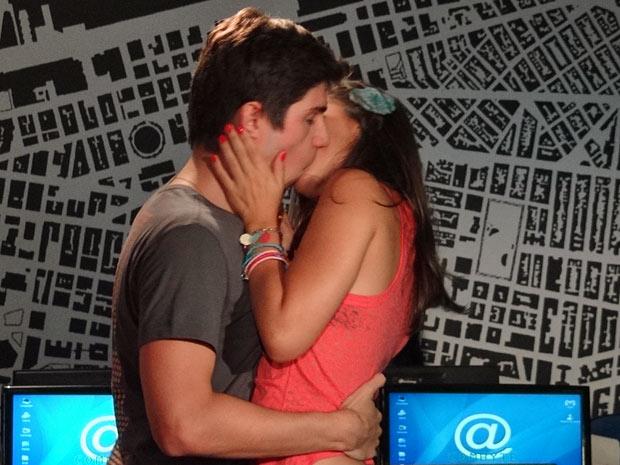 Julinho dá um beijão em Laís (Foto: Amor Eterno Amor/TV Globo)