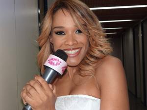 Leilah Moreno canta no estúdio (Foto: Aquele Beijo/TV Globo)