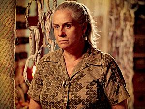 Lucinda fica preocupada (Foto: Avenida Brasil/ TV Globo)