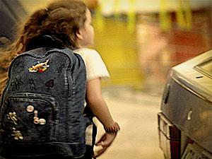 Rita com mochila jeans (Foto: Avenida Brasil/ TV Globo)