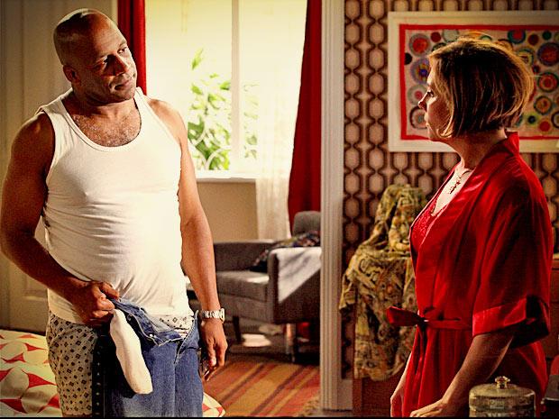 Silas exige um compromisso mais sério com Monalisa (Foto: Avenida Brasil/ TV Globo)
