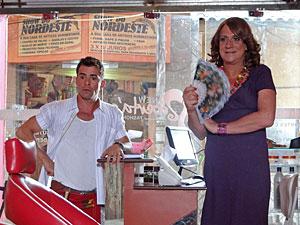 Teleco fica pasmo diante da cena (Foto: Aquele Beijo/TV Globo)