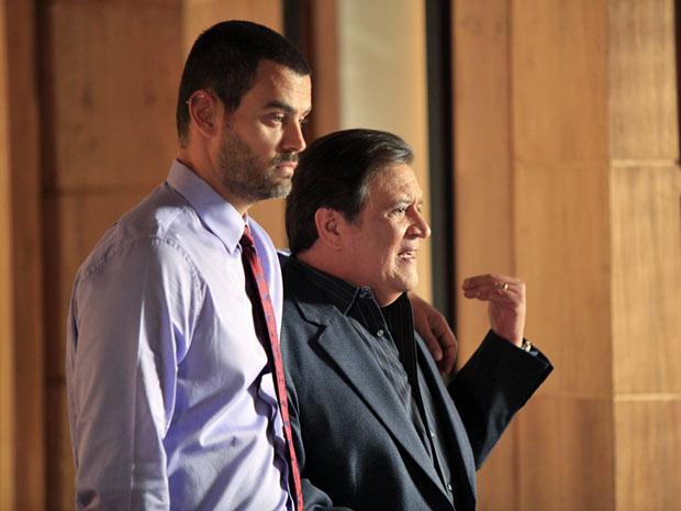 Dimas e Fernando engolem a seco o que ouvem (Foto: Amor Eterno Amor/TV Globo)