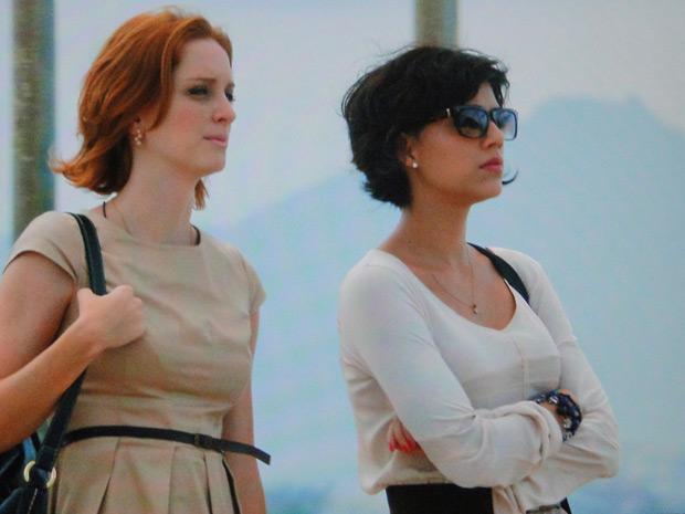 Miriam e Priscila conversam durante passeio pela orla (Foto: Amor Eterno Amor / TV Globo)