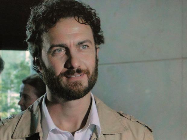 Muito calmo, Rodrigo apenas sorri diante da situação (Foto: Amor Eterno Amor / TV Globo)