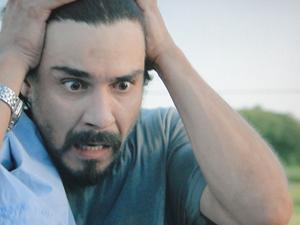 Pedro fica chocado ao descobrir Gracinha escondida (Foto: Amor Eterno Amor / TV Globo)
