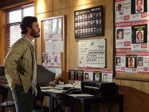Rodrigo fica comovido com os cartazes que vê na ONG (Foto: Amor Eterno Amor / TV Globo)