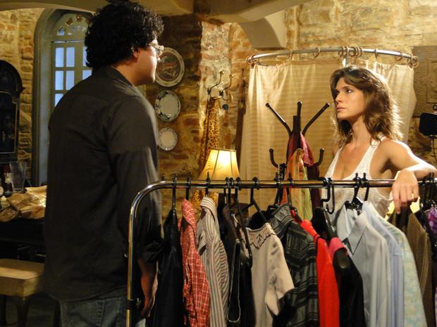 Laura vê fotos de Fabiano beijando ex e o diretor vai se explicar no brechó. (Foto: Malhação / Tv Globo)