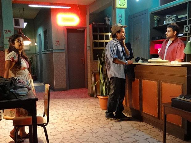 No hotel só há um quarto e Pedro é obrigado a dormir com Gracinha (Foto: Amor Eterno Amor/TV Globo)