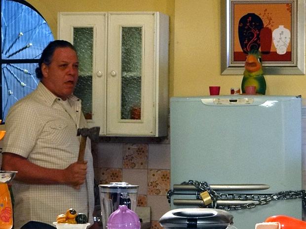 Olavo tenta arrombar a geladeira de casa (Foto: Aquele Beijo / TV Globo)