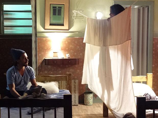 Pedro separa as camas com um lençol (Foto: Amor Eterno Amor/TV Globo)