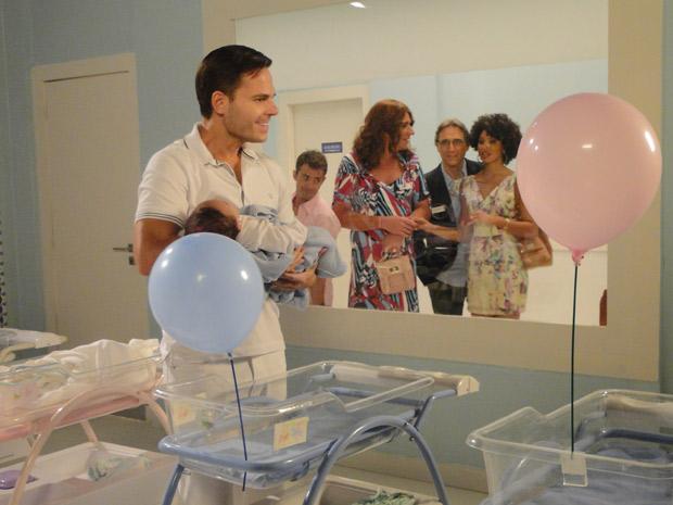 No berçário, Ricardo desconfia que o bebê seja seu filho (Foto: Aquele Beijo / TV Globo)