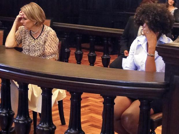 Otilia e Sarita arrasadas por causa da sentença (Foto: Aquele Beijo/TV Globo)