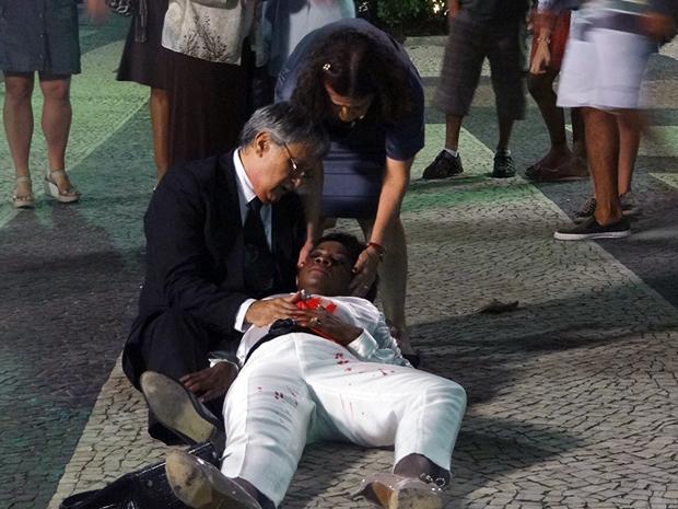 Ferida, ela cai no chão (Foto: Aquele Beijo/TV Globo)