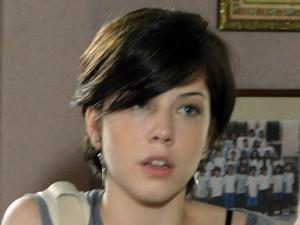 Desconfiada, Alexia topa fazer as fotos  (Foto: Malhação / TV Globo)