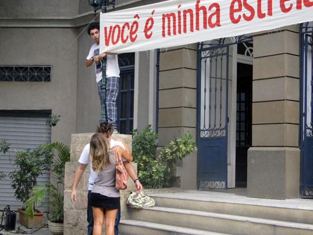 Maria vê a faixa que Betão fez para Babi e tasca-lhe um beijão (Foto: Malhação / TV Globo)