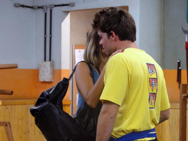 Maria arma para Betão e tenta beijá-lo (Foto: Malhação / TV Globo)