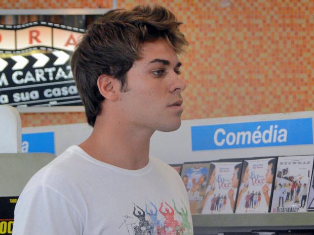 Betão vê Babi beijando Guido. Ele vai embora, furioso (Foto: Malhação / TV Globo)