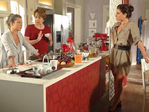 Claudia critica Camila, que não gosta do que ouve (Foto: Aquele Beijo/TV Globo)