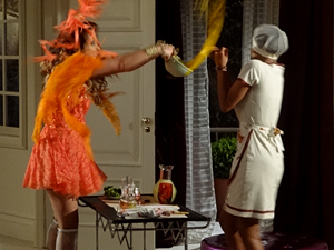 A sopa de cenoura voa em Penha (Foto: Cheias de Charme / TV Globo)
