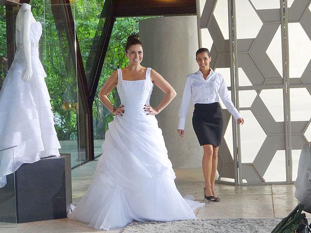 Claudia experimenta vestidos de noiva