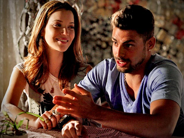 Débora gosta de conhecer mais sobre o passado de Jorginho (Foto: Avenida Brasil/ TV Globo)