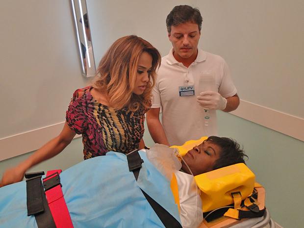 Deusa é socorrido no hospital após atentado (Foto: Aquele Beijo/TV Globo)