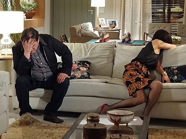 Dimas teme que Melissa revele a verdade sobre o sumiço de Rodrigo (Foto: Amor Eterno Amor/TV Globo)