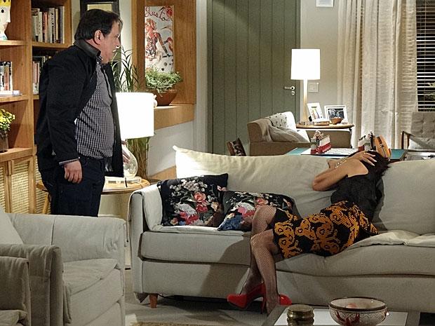 Dimas dá um tapa em Melissa para tentar contê-la (Foto: Amor Eterno Amor/TV Globo)