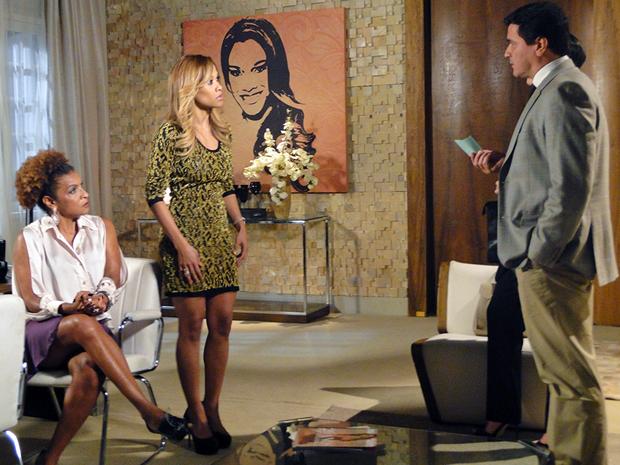 Raul e Juliana avisam que Diva e Grace Kelly estão detidas (Foto: Aquele Beijo/TV Globo)