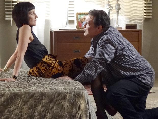 Melissa e Dimas conversam a sós no quarto (Foto: Amor Eterno Amor / TV Globo)