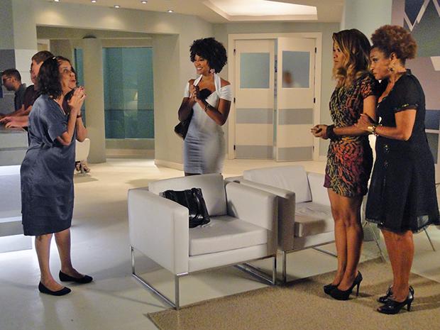 Eveva e Sarita comemoram sucesso da cirurgia de Deusa, já Diva e Grace Kelly não gostam da notícia (Foto: Aquele Beijo/TV Globo)