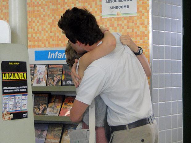 Guido consolando a amiga (Foto: Malhação / TV Globo)