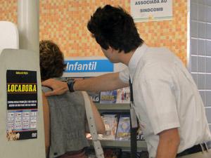Guido tenta acalmar Babi, mas não consegue (Foto: Malhação / TV Globo)