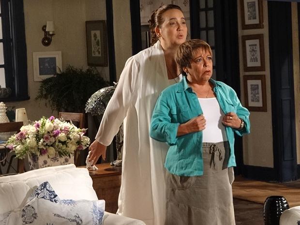 Iara se muda com Joselito e aproveita para provocar Brites (Foto: Aquele Beijo/TV Globo)