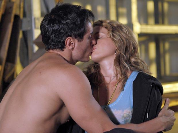 Em transe, Rosário confunde Inácio com Fabian e tasca um beijão no gato (Foto: Cheias de Charme / TV Globo)